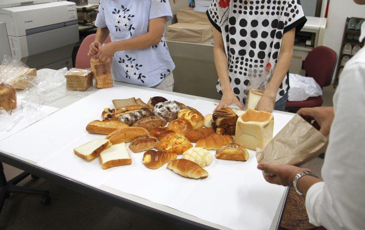 机の上に並べられたパン