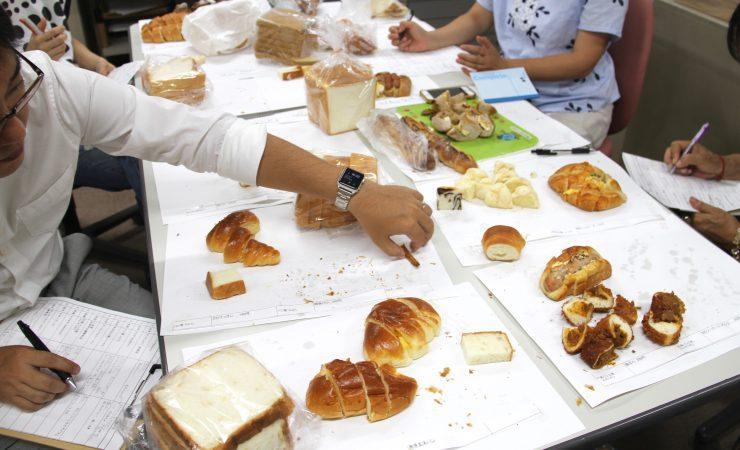 パンの実食の様子