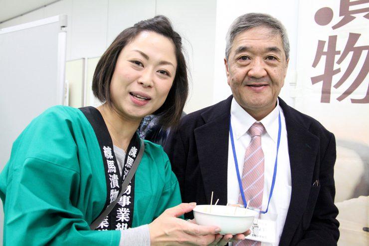 組合長と女性スタッフ