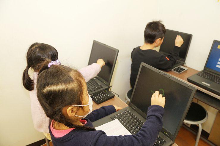 パソコンに次々と現れる数字を、頭の中のそろばんを使って瞬時に計算する「フラッシュ暗算」の練習