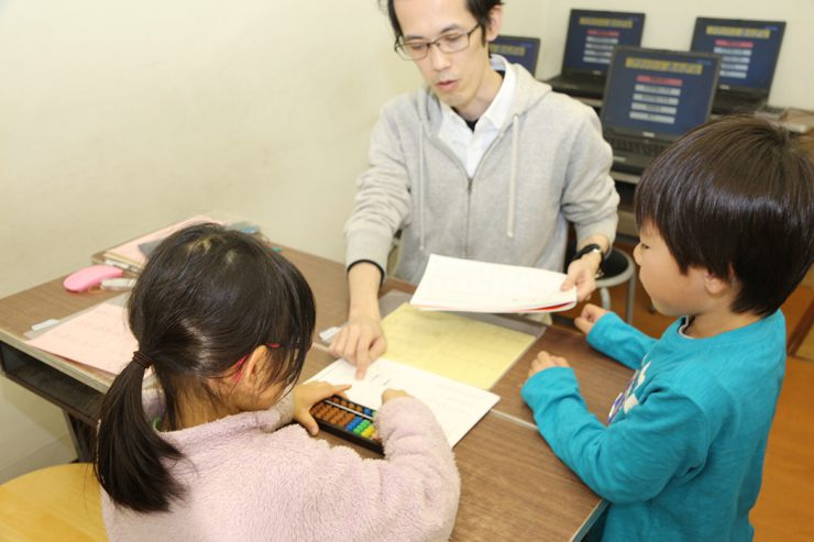富田先生と一緒に子どもたちを指導する谷口先生は、この教室の卒業生